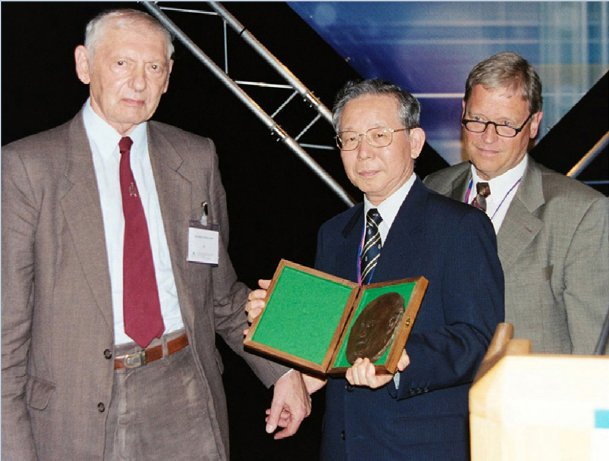 [Award of 6th Ewald Prize]