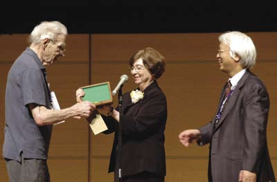 [David Sayre receives Ewald Prize]